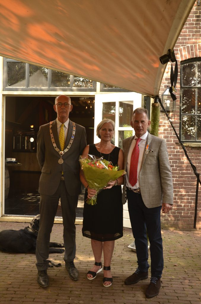Donald and Ankie Keus receiving the distinction from Mayor Jeroen Staatsen (left)